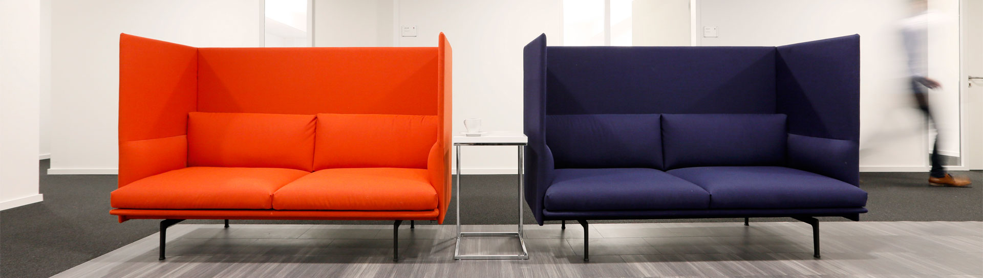 Two modern sofas in red and blue in the MSIG Insurance Europe AG office
